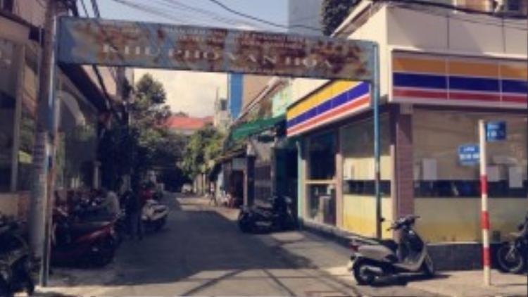 """Đường Trần Doãn Khanh """"ẩn mình"""" giữa hai con đường cũng tương đối vắng vẻ không kém làđường Nguyễn Văn Thủ và Nguyễn Thành Ý. Đây là địa chỉ quen thuộc của những fan súp cua, há cảo, dừa tắc, quán Uptown Bistro&Cafe…"""