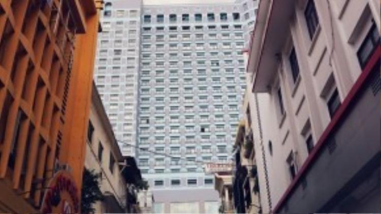Trong những con phố ngắn nhất Sài Gòn, có lẽ Nguyễn Thiệp là con phố đã chứng kiến nhiều thăng trầm nhất trong lịch sử hình thành và phát triển của mảnh đất này.Trước năm 1975,đường Nguyễn Thiệp có tên là đường Carabelli, giới hạn bởi đường Đồng Khởi (tên cũ: Catinat/Tự Do) và đại lộ Nguyễn Huệ (tên cũ: Boulevard Charner).