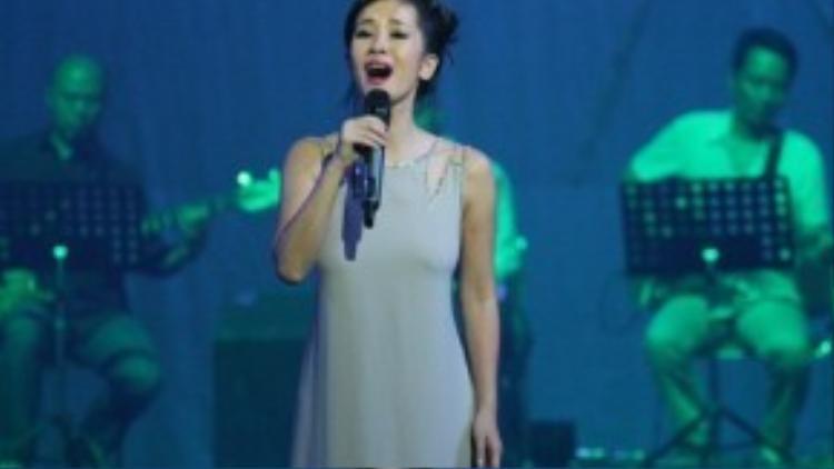 """Hai ca khúc của nhạc sĩ Thanh Tùng gắn với sự nghiệp ca hát của Hồng Nhung là: """"Giọt sương trên mí mắt"""" và """"Một mình"""". Ảnh: Lê Hiếu."""