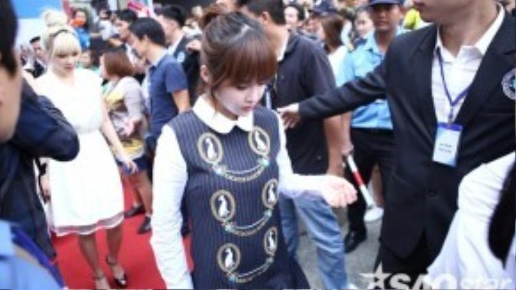 Hàng ngàn người hâm mộ đã túc trực sẵn để chờ đón các cô gái xinh đẹp.