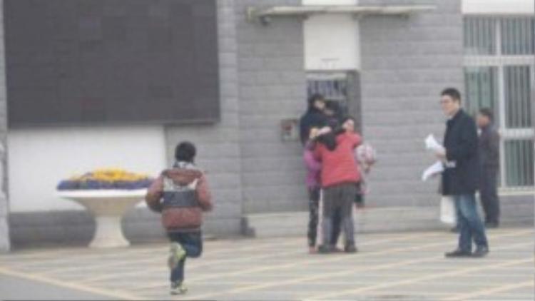 """Khi nhìn thấy Li từ xa, cậu béđã chạy ùa đến, sà vào vòng tay mẹ nuôi. Khi hai mẹ con ôm nhau khóc, Li đã thỏ thẻ nói với con trai nuôi rằng """"Con ơi, mẹ về rồi đây!"""""""