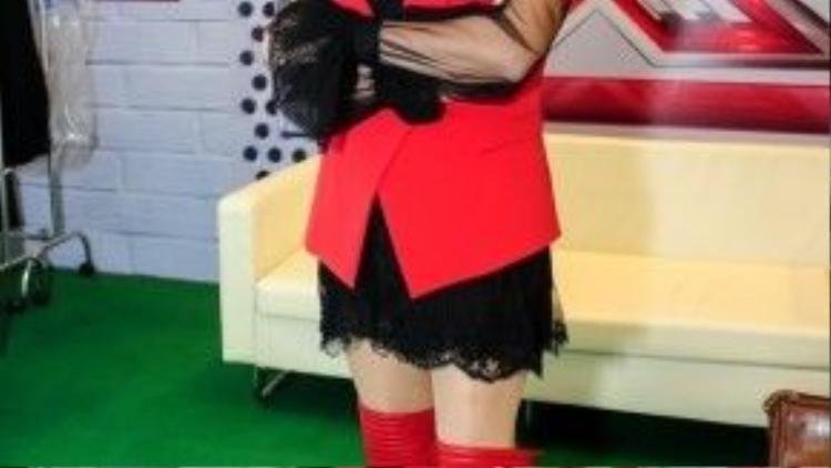 Hình ảnh mới nhất của cô trong hậu trường buổi ghi hình chương trình Nhân tố bí ẩn mùa 2. Một Thanh Lam cá tính như thế nào trên 'ghế nóng' là điều mà người hâm mộ chương trình đều đang chờ đợi.