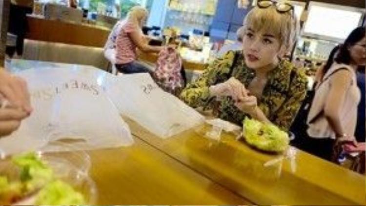 Thiều Bảo Trâm khuyên mọi người nên ăn nhiều rau để không bị mụn.