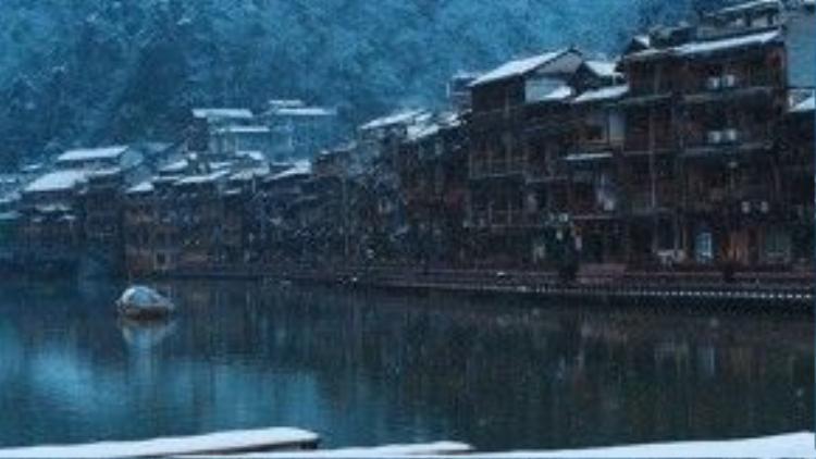 Tuyết rơi phủ kín những mái thuyền và cây cối trên sông Đà Giang.