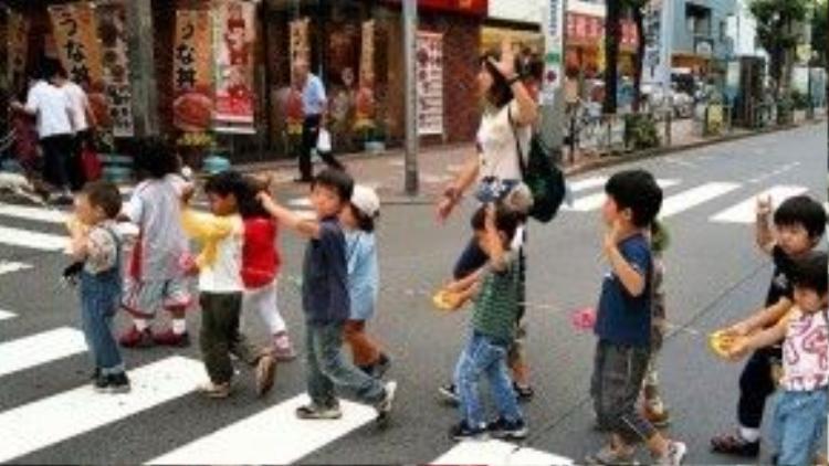 Các em học sinh Nhật xếp hàng băng qua đường. Ảnh minh họa.
