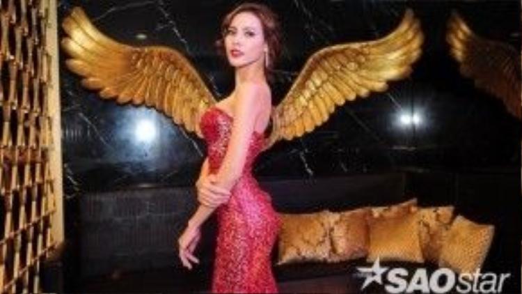 Sau ngôi Á khôi Hoa khôi Áo dài 2014 và giải Hoa hậu được yêu thích nhất trên mạng xã hội tại Miss Supranational 2015, người đẹp gốc Bạc Liêu vẫn giữ vững hình thể lý tưởng của mình. Cô sở hữu những đường cong cơ thể đáng mơ ước.