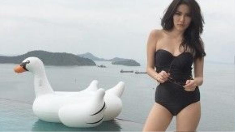 Bộ bikini màu đen liền thân khiến cho vòng eo của Wanida có cảm giác thon gọn hơn.
