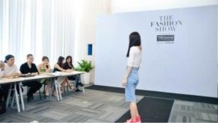 Cô mặc set đồ rất đơn giản với áo thun croptop, chân váy jeans cạp cao và giày converse cao cổ.