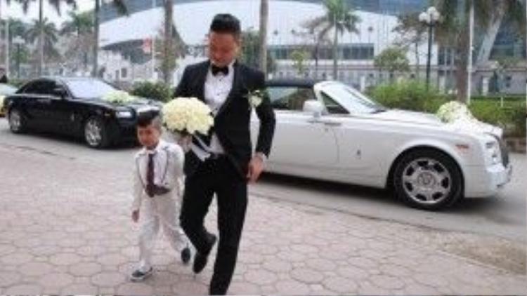 Chú rể diện vest bảnh bao tiến vào nhà cô dâu. Anh hơn cô dâu chục tuổi nhưng ngoại hình khá trẻ trung, cân xứng.