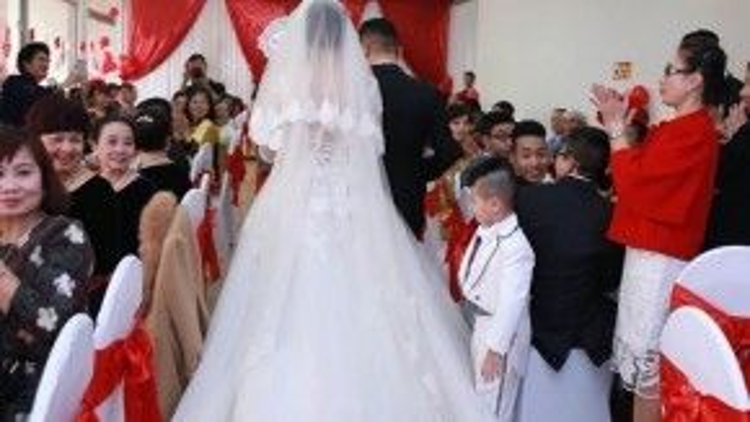Váy cưới của cô dâu với phần chân thướt tha đẹp mắt.