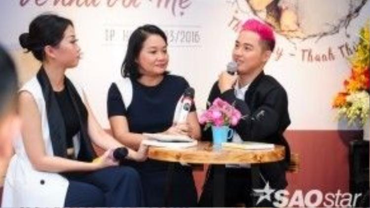 Thanh Duy cùng mẹ - cô Thanh Thủy giao lưu với độc giả trong buổi họp báo.