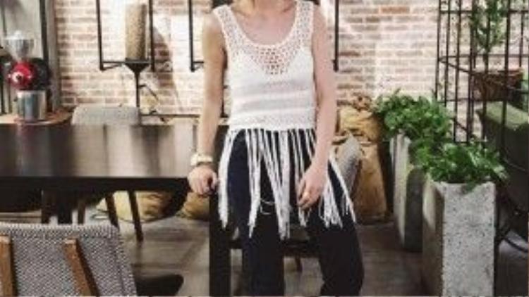 Dù được biết đến là một cô nàng yêu sắc màu, nhưng thi thoảng Kaylee cũng muốn diện những outfit đơn giản và có điểm nhấn như tanktop tua rua.