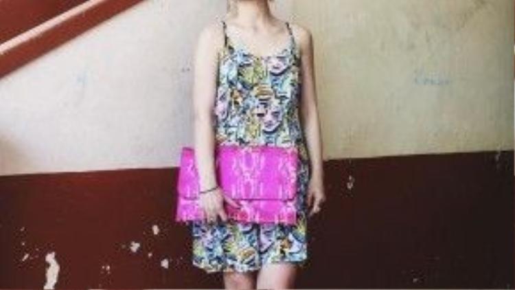 Phụ kiện ton sur ton trên trang phục họa tiết pop art cũng là một gợi ý thú vịcho các cô gái.