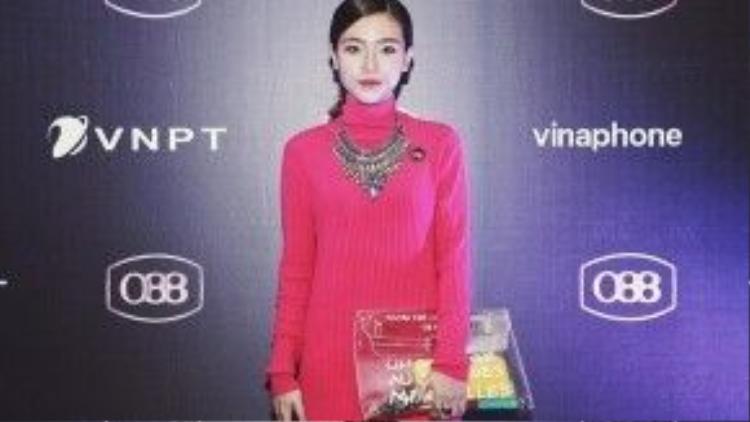 Khi phải đi đến những buổi event thì hãy chọn một chiếc váy mang tông màu mà mình yêu thích, như vậy sẽ làm bạn cảm thấy tự tin hơn.