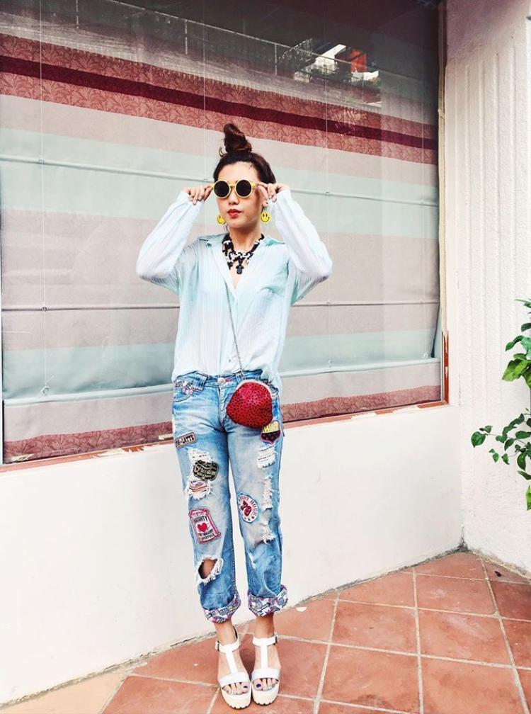 Một trong những cách để nổi bật chính là chọn cho bản thân những món item thực đắt, như jean có dính đầy những nhãn quần áo này chẳng hạn.