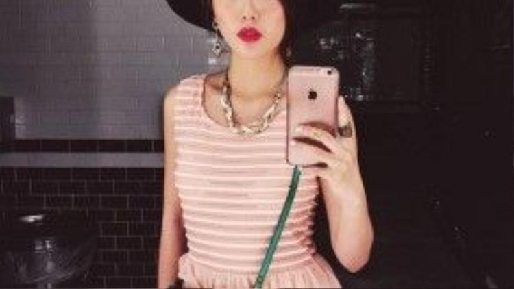 Vì là một fan của thời trang đa sắc màu nên ở gu ăn mặc của Kaylee là sự kết hợp khá nhuần nhuyễn giữa những tông màu sắc tưởng chừng rất chõi nhau.