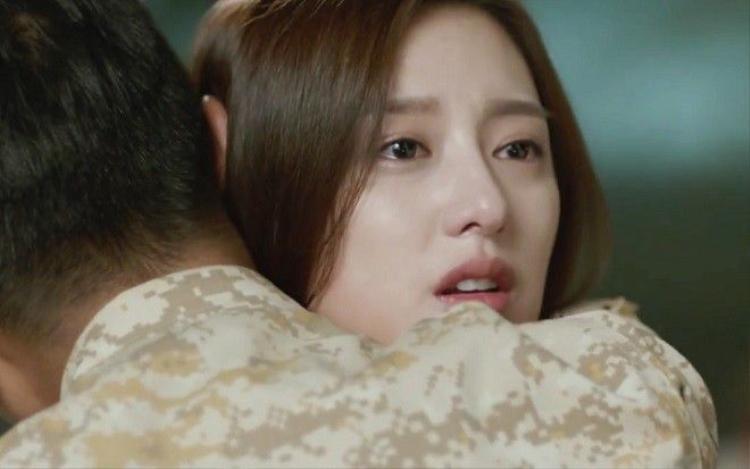 Hậu duệ mặt trời tập 7: Thót tim vì cảnh Song Joong Ki dùng lưng đỡ đá