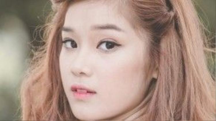 Chọn cách dánh lòng môi cũng là một cách khác để diện son hồng, thêm tí eyeliner trắng ở viền mắt dưới là hoàn hảo.