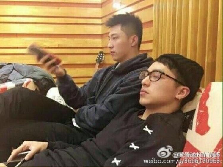 Hoàng Cảnh Du đăng ảnh cặp thép bị bẻ cong sau tuyên bố thẳng của Hứa Nguỵ Châu
