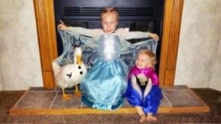 Trong ngày lễ Halloween, trong khi Kylie (giữa) hóa trang thành Elsa thì Bông Tuyết vào vai Olaf (2 nhân vật trong phim hoạt hình Frozen).