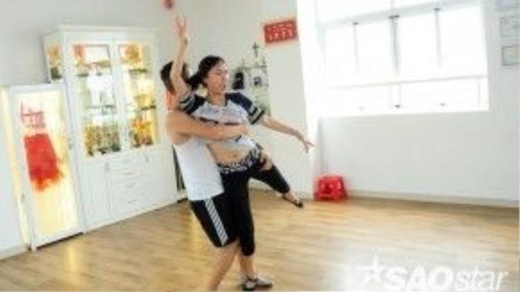 Nhờ sự giúp đỡ của bạn nhảy, Diệu Nhi hoàn thành bài nhảy tốt hơn.