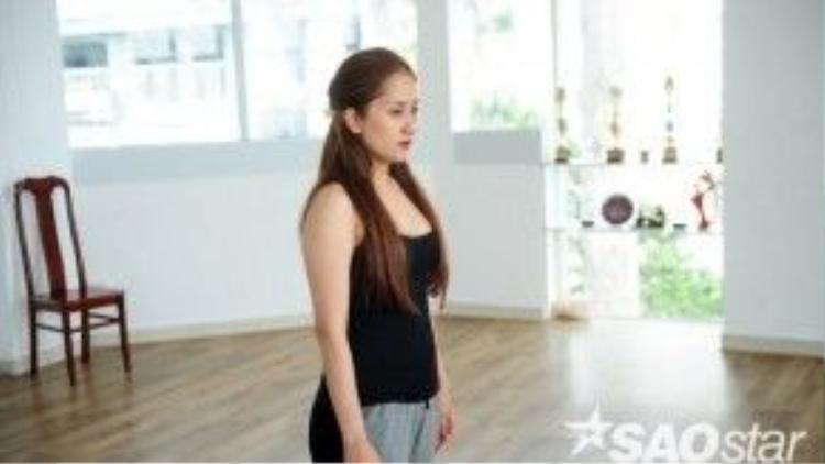 Nét mặt nghiêm túc của Khánh Thi trên sàn tập.