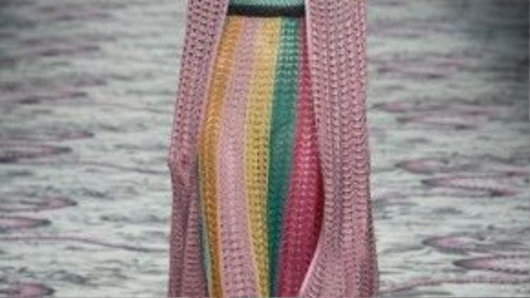 Cận cận chiếc váy phong cách geek-chic từ sàn diễn của nhà mốt Gucci.