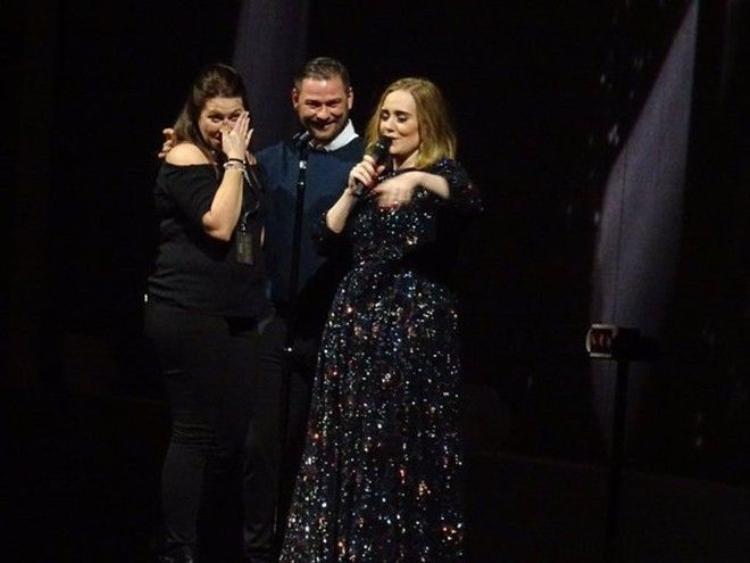 Adele một lần nữa bất ngờ lấy nước mắt khán giả ngay trên sân khấu