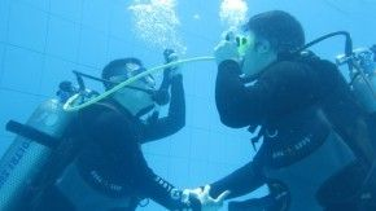 Kế đó làmộtbuổi thực hành ở hồ bơi với thiết bị lặn.