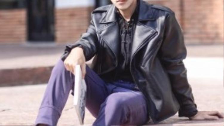 Chàng trở nên nam tính hơn với các tông màu trầm và ankle boot.