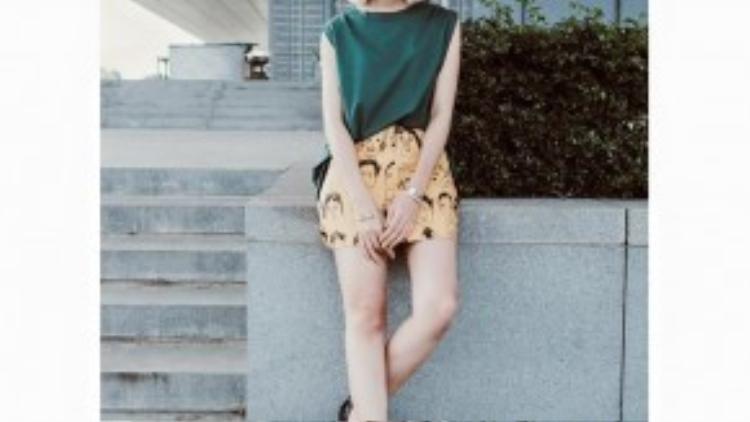 Dù có diện các item màu sắc đi chăng nữa thì ở cô gái này luôn kiếm tìm sự dung hòa và giảm sắc độ của outfit xuống thấp nhất có thể, để trông vừa nổi bật nhưng lại không chói lóa.