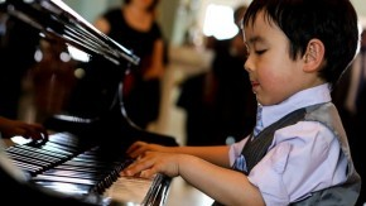 Khó đứa trẻ nào có thể đạt được những ngón đàn điêu luyện ở độ tuổi này như Evan.