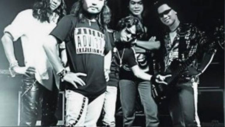 Guitar bass Nhất Hoàng (ngoài cùng bìa phải) cùng Trần Lập và các thành viên Bức Tường trước đây.