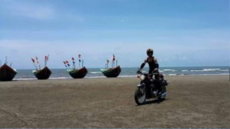 Chạy xe trên bờ biển cũng là một trong những trải nghiệm thú vị ca sĩ có được khi ở Nam Định.