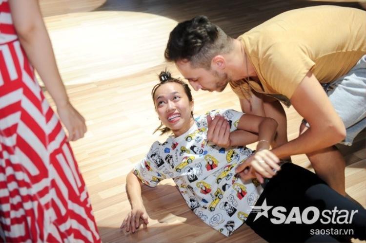 S.T (365) ăn vội trên sân khấu, Jennifer Phạm hóa Cô dâu 8 tuổi