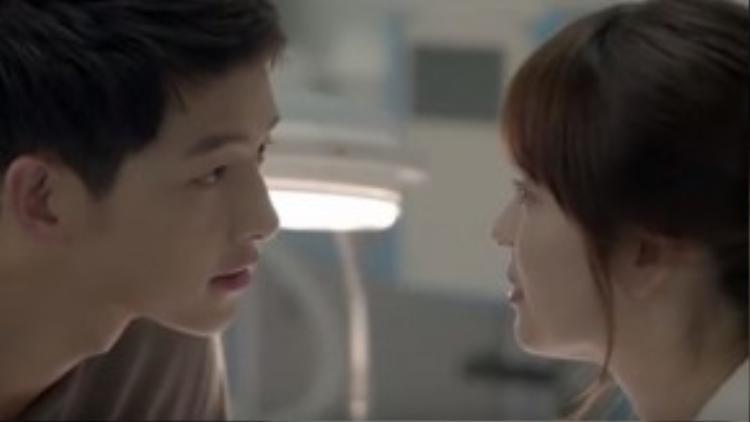 """""""Đại Boss"""" Yoo Shi Jin rơi vào lưới tình ngay khi mới gặp nữ bác sĩ Mo Yeon do đàn chị Song Hye Kyo thủ vai"""