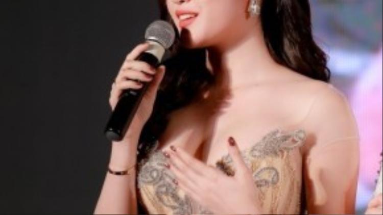Á hậu Huyền My luôn đẹp với thiết kế đầm sequins màu nude, giúp cô phô được những đường cong cơ thể đáng mơ ước trong quá trình thực hiện chế độ giảm cân. Trang phục được thiết kế bởi Phạm Đặng Anh Thư.