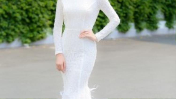 Tại sự kiện họp báo ra mắt chương trình khởi động cuộc thi Hoa hậu Việt Nam 2016, hoa hậu Kỳ Duyên ra dáng nữ thần sắc đẹp trong dàn hoa hậu, á hậu các năm trước. Cô chọn chiếc váy đuôi cá trắng body cùng vương miện sáng.