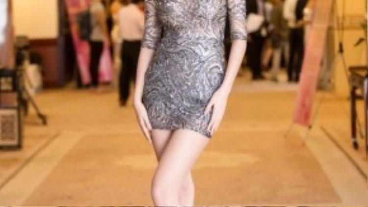 Nếu muốn diện những chiếc đầm cocktail, cô nàng nên phát huy như lần đẹp hoàn hảo với chiếc váy đơn giản này. Vừa đủ lộng lẫy, vừa đủ nền nã, giúp chân dài khoe khéo tất cả lợi thế của mình.