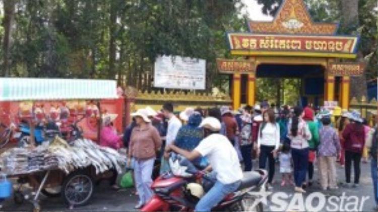 Ngay cổng chính chùa Dơi, nhiều người bày bán cá khô và các loại mắm đặc trưng của Miền Tây tạo nên không gian nhốn nháo và nặng mùi.