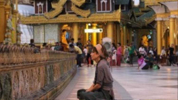 Ở các đền chùa tại Myanmar, tháo giày dép là điều bắt buộc trước khi vào.