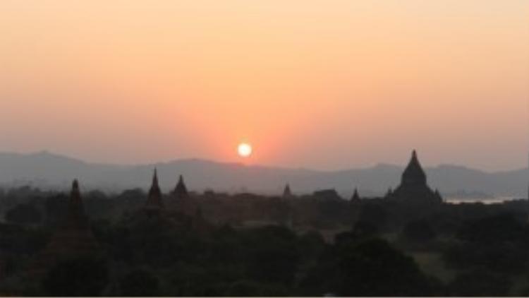 Bạn tưởng mọi chuyện như thế này: Những đền đài trầm mặc dưới ánh mặt trời hoàng hôn…