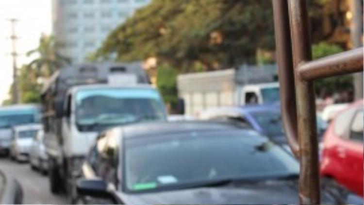 Những hàng xe ô tô nối đuôi nhau trên đường phố Yangon vào lúc chiều tối.