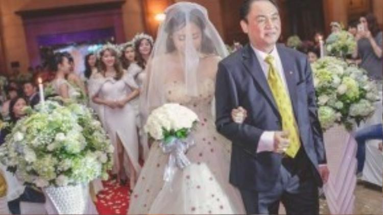 Trà My trong chiếc váy cưới trị giá 90 triệu được bố dìu tới lễ đường hôm 16.3