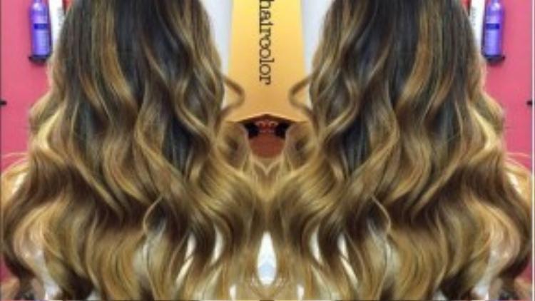 """Balayage là một từ tiếng Pháp có nghĩa là để """"quét"""" hoặc """"vẽ"""". Nó cho phép một màu tóc trông tự nhiên rám nắng - tương tự như những gì thiên nhiên mang lại cho chúng ta - nhẹ nhàng hơn, và phần tóc tự nhiên mọc ra ít bị ảnh hưởng. Ý tưởng chính là tạo ra vẻ ngoài mềm mại, tự nhiên."""