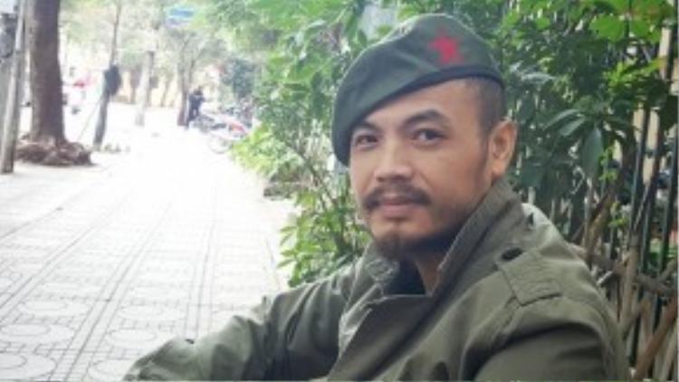 """Ca sĩ Trần Lập đội chiếc mũ có biểu tượng Che Guevara. Anh viết trên trang cá nhân: """"Mình không thực sự khoái ăn vận đồ lính dù thấy phần nào đó khoác lên có vẻ khỏe khoắn hơn. Lính hòa bình thôi nhé, không hầm hố gì đâu""""."""