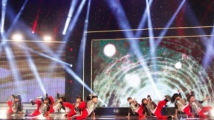 Với độ tuổi từ 7-12 tuổi, các bạn nhỏ thuộc nhóm nhóc Củ Chi đã rất cố gắng và nỗ lực tập luyện cho một bài nhảy nhó mà độ khó tăng lên rất nhiều so với vòng loại sân khấu. Giám khảo Trấn Thành cho rằng đây là một phần trình diễn cực kỳ năng lượng, như liều thuốc bổ cho những ai cảm thấy mệt mỏi.