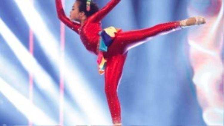 Phần trình diễn thuyết phục của bé Hà My khi kết hợp hàng loạt thể loại nhảy khác nhau từ dancesport, waacking cho đến ballet trong tiết mục Sắc màu.