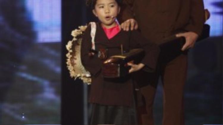 Yêu thích nghệ thuật truyền thống từ nhỏ, Hương Giang biết hát chèo, chầu văn, quan họ, tuồng nhưng em đặc biệt yêu thích xẩm.