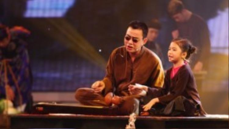 """Với thần thái xuất sắc trong cách thể hiện, giám khảo Huy Tuấn đã nhận xét Hương Giang chính là """"thần đồng"""" hát xẩm, một mầm non quý giá của nghệ thuật truyền thống Việt Nam."""
